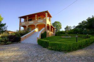 Villa parttól 2 km-re 750 ezer EUR